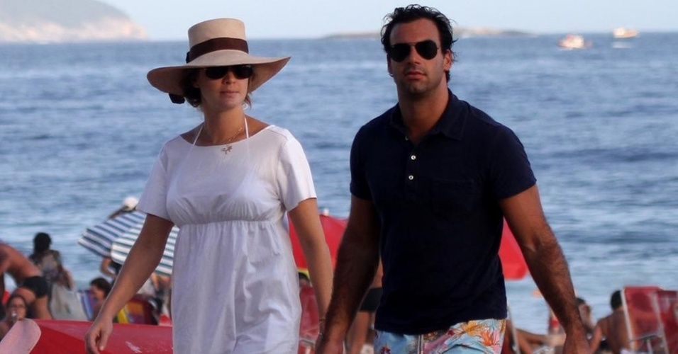 Letícia Birkheuer e Alexandre Fumanovich na praia de Ipanema, na zona sul do Rio (17/4/11)