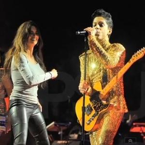 Penelope Cruz e o marido Javier Bardem (dir.) sobem ao palco durante show de Prince em Inglewood, Califórnia (17/4/2011)