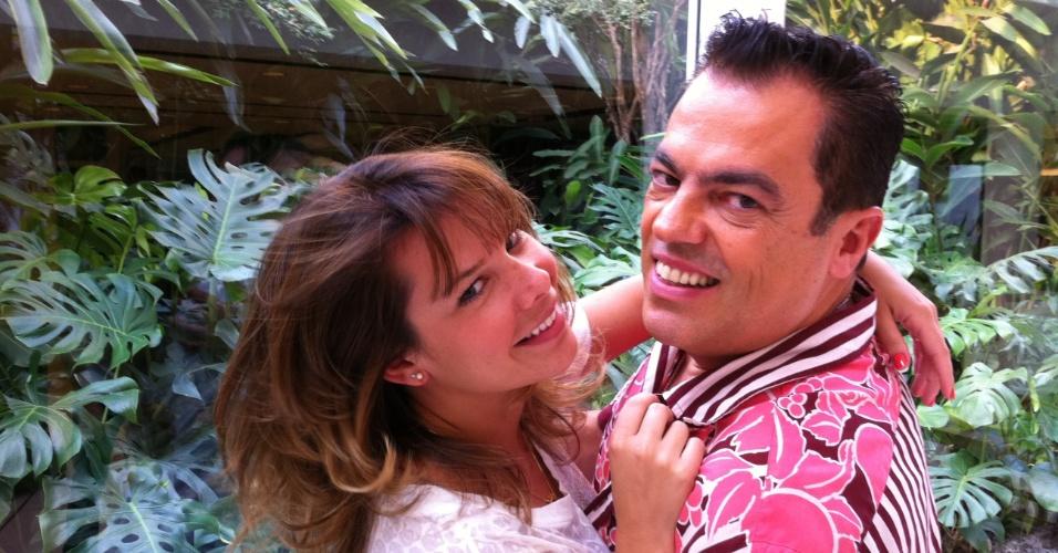 Fernanda Souza, de franja e cabelo novo, e Marco Antonio di Biaggi no salão do cabeleireiro em São Paulo (18/4/2011). Biaggi publicou a foto em seu Twitter
