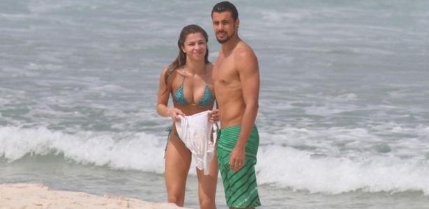 Grazi Massafera e Cauã Reymond namoram em praia do Rio de Janeiro nesta terça-feira (19/4/2011)