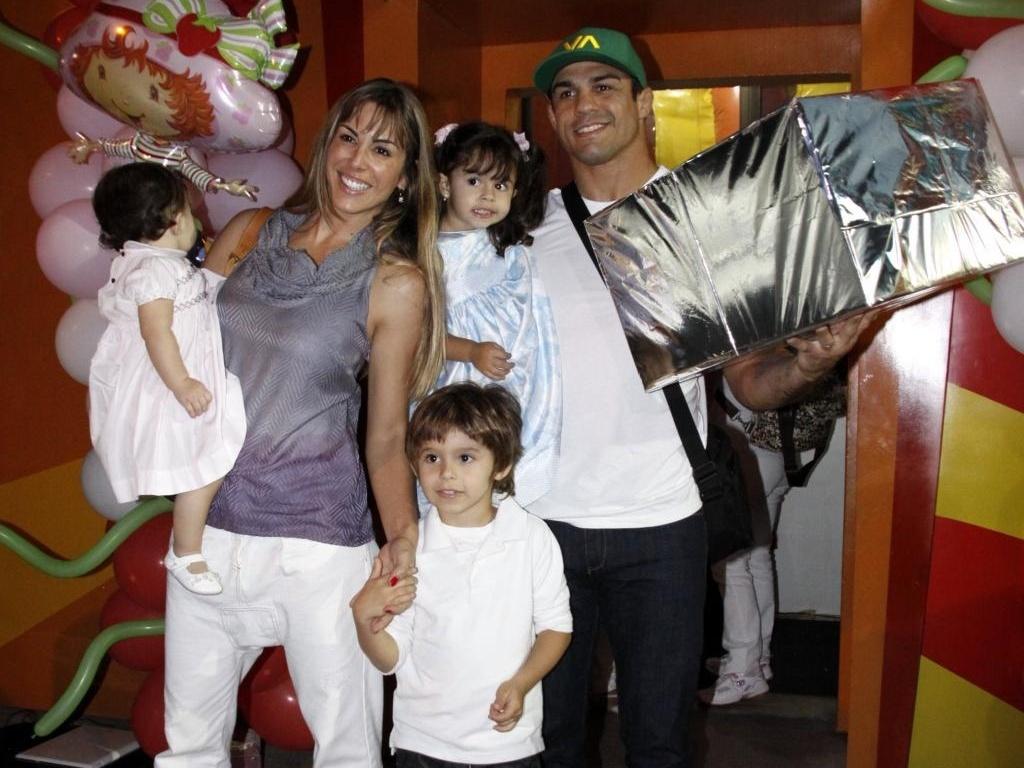 Joana Prado, Vitor Belfort e os filhos, Davi, Vitória e Kyara (no colo de Joana), vão ao aniversário de Alícia, filha de Samara Felippo e Leandrinho, em casa de festas na Barra da Tijuca, no Rio (26/6/2010)