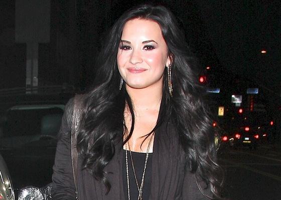 Demi Lovato na saída de um restaurante em Hollywood (4/3/2011)