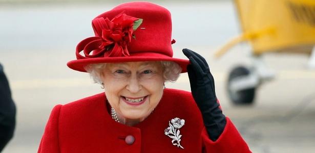 Rainha Elizabeth segura o chapéu ao chegar à base da ilha de Anglesey, em Gales, em visita ao neto príncipe William (1/4/2011)  - Christopher Furlong/Pool/Reuters