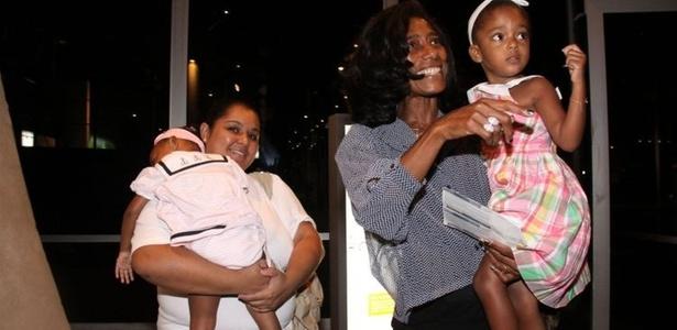 Glória Maria leva filhas em peça infantil no Rio de Janeiro (23/4/11)