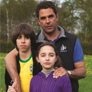 """Doda Miranda posa com os filhos Fernando e Vivi para a revista """"Contigo!"""" (abril/2011)"""