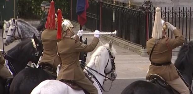 Soldados das Forças Armadas britânicas durante ensaio para o casamento real em Londres (27/4/2011) - BBC