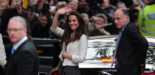 Kate Middleton acena para admiradores e fotógrafos ao chegar ao hotel Goring, onde passará sua última noite de solteira, ao lado família, no centro de Londres (28/4/2011) - AFP PHOTO/CARL COURT