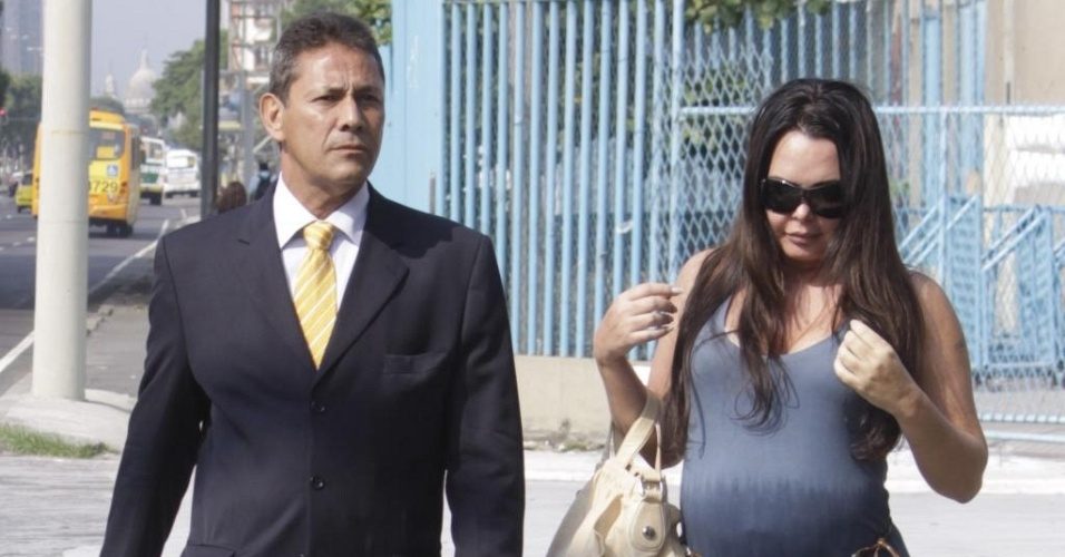 Acompanhada do advogado Sylvio Guerra, Cristina Mortágua chega para audiência na Vara da Infância (28/3/2011)