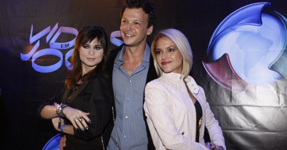 Da esquerda para a direita, os atores Julianne Trevisol, Guilherme Berenguer e Thaís Fersoza assistem ao primeiro capítulo de