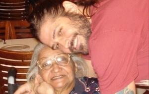Dado Dolabella posa com sua antiga babá, Maria Eliana, de 81 anos (5/4/11)