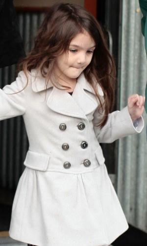 Suri Cruise, filha de Tom Cruise e Katie Holmes, é fotografada saindo de uma lanchonete em Vancouver (6/3/2011)