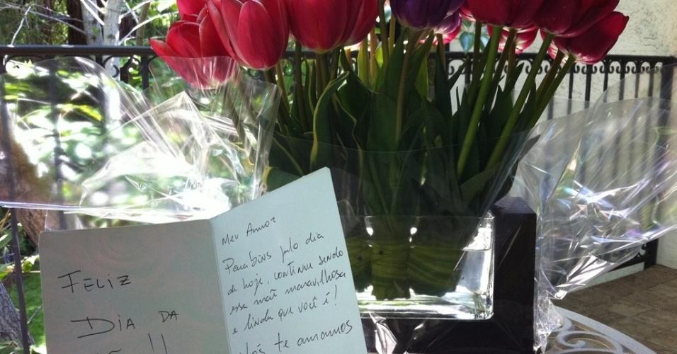 Juliana Paes posta foto de presente que ganhou no Dia das Mães no Twitter (8/5/2011)