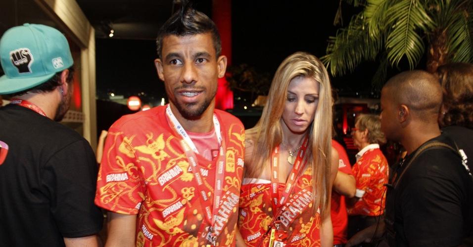 O jogador Leo Moura e a mulher Camilla Silva no camarote Brahma durante o Carnaval, no Rio de Janeiro (7/3/2011)