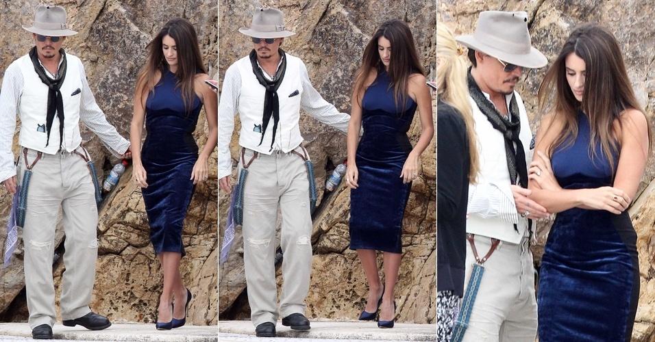 Cavalheiro, o ator Johnny Depp auxilia Penélope Cruz para que a atriz não caia, ao saírem do hotel Du Cap Eden Roc de barco para sessão de fotos de divulgação do filme