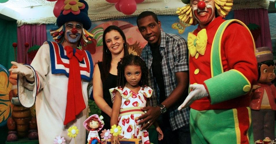 Renato Abreu, com a mulher, Karina, e a filha Rebeca, na casa de festas Espaço Encantdo, no Rio (15/4/11)