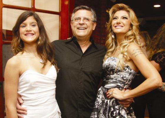 O diretor Marcos Paulo entre a filha Giulia e a namorada Antônia Fontenelle (maio/2011)