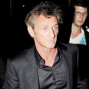 Sean Penn chega para uma festa em Cannes (17/5/2011)