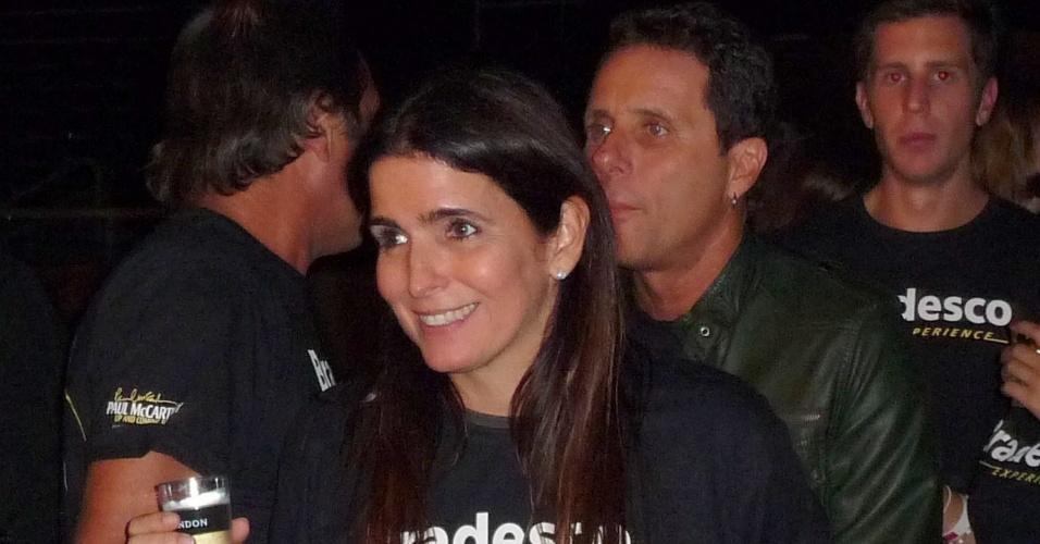 O casal Malu Mader e Tony Bellotto assistem ao show de Paul McCartney no Estádio João Havelange, no Rio de Janeiro (22/5/2011)