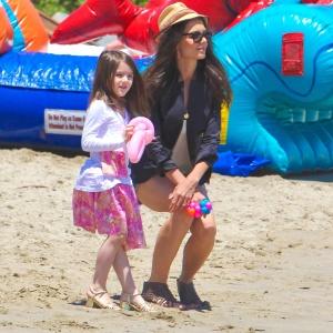 Katie Holmes e Suri Cruise passeiam em praia de Malibu (30/5/2011)