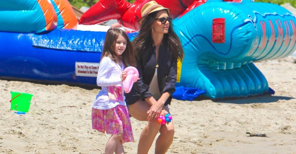 Katie Holmes e Suri Cruise usam salto na praia, em Malibu (30/5/2011)