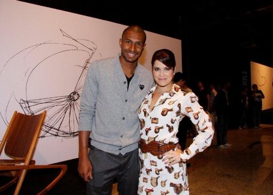 O jogador de basquete Leandrinho e a mulher, Samara Felippo, circulam juntos no 3º dia de desfiles do Fashion Rio (1/6/2011)