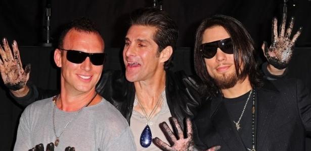 Músicos da da banda Jane's Addiction registram suas marcas no museu no RockWalk Guitar Center em Hollywood (1/6/11)