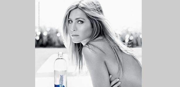 Jennifer Aniston posa para campanha da Smartwater