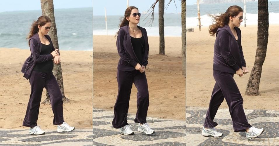 Atriz Cláudia Abreu exibe barriga de grávida durante caminha pela orla de Ipanema (5/6/11)