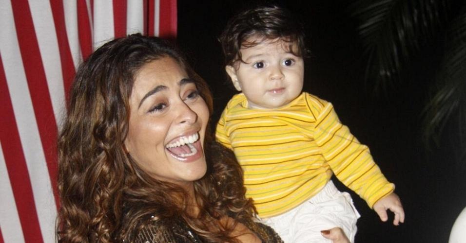 Juliana Paes com o filho, Pedro, no aniversário de Aguinaldo Silva, no Rio (6/6/11)