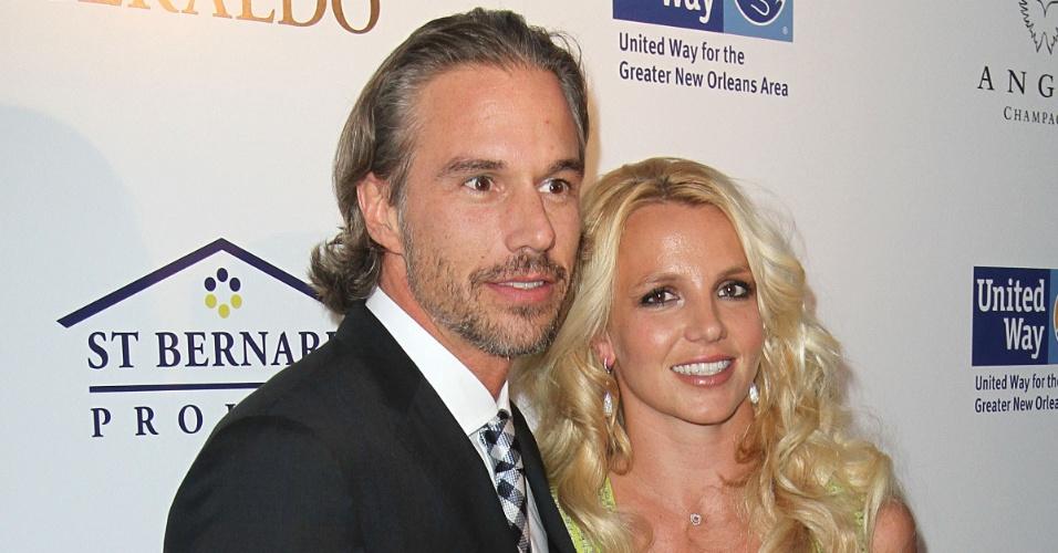 Jason Trawick e Britney Spears no tapete vermelho de evento beneficente em Los Angeles (11/5/2011)