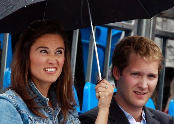 Pippa Middleton e George Percy se protegem da chuva durante pausa em jogo do Torneio de Queens, em Londres (9/6/2011). Pippa e Percy namoraram na época em que estudaram juntos na Universidade de Edimburgo.