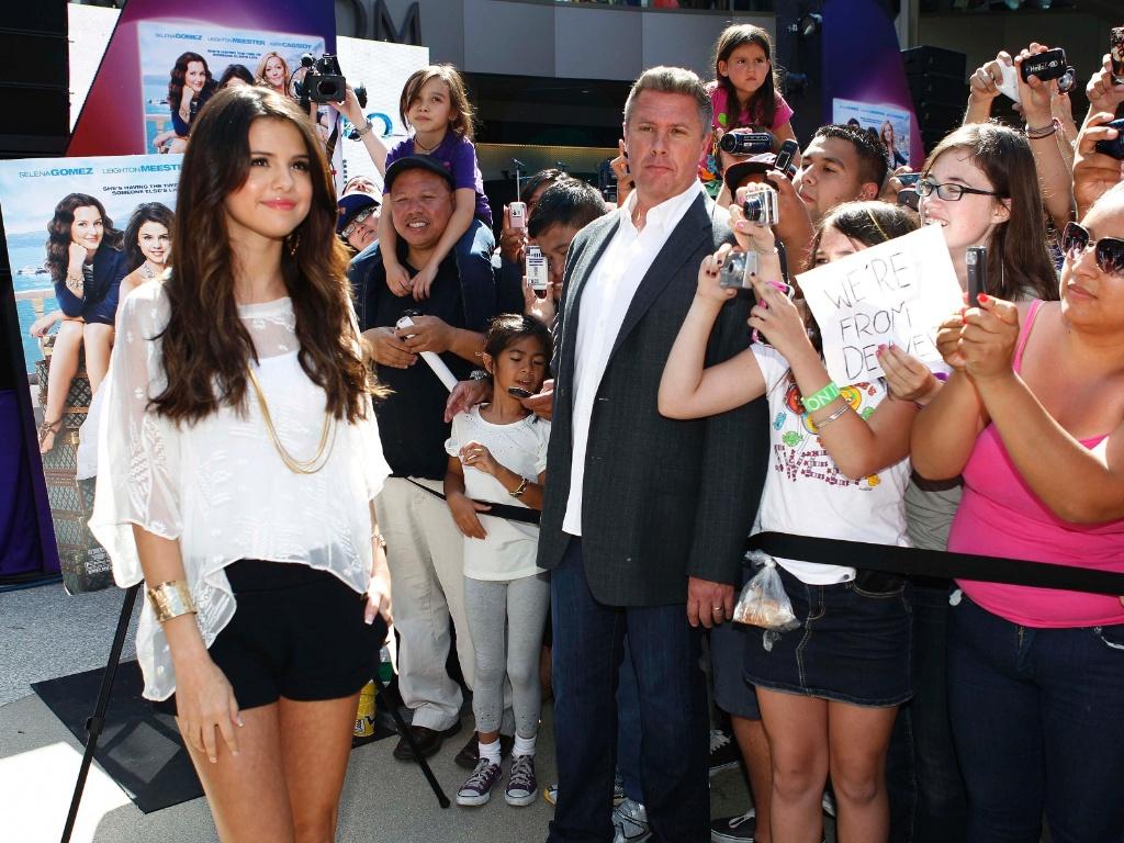 Atriz e cantora Selena Gomez posa para fotos em shopping de Santa Monica, na Califórnia (13/6/2011)