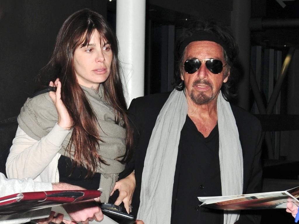 O ator Al Pacino e sua namorada argentina, a atriz Lucila Sola, são vistos juntos no aeroporto de Los Angeles