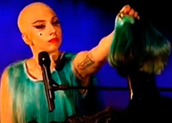 Lady Gaga aparece careca em programa de TV inglês