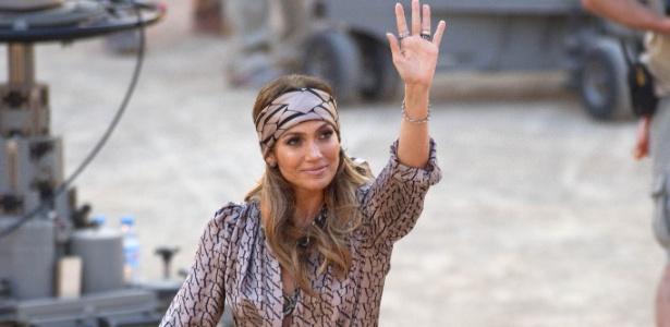 Jennifer Lopez acena para fãs durante gravação de programa de televisão na Espanha (18/6/11) - AP