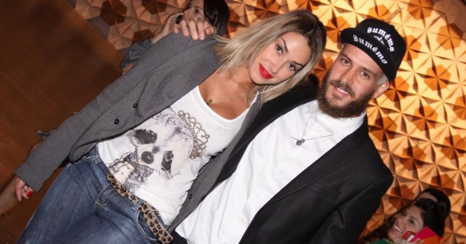 A panicat Dani Bolina e seu marido Matheus circulam na SPFW 2011 (18/6/11)