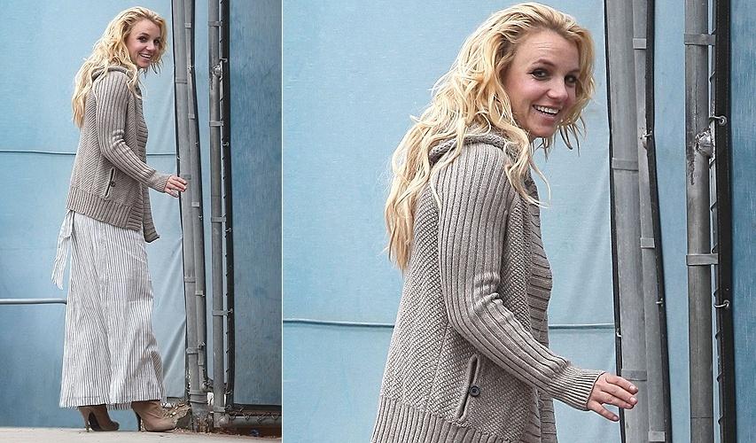 Britney Spears, que começou uma nova turnê na semana passada, chega com cara de cansada, mas aparentemente feliz à formatura do filho mais velho, Sean Preston Federline, de cinco anos, na escolinha, em Los Angeles (19/6/11)