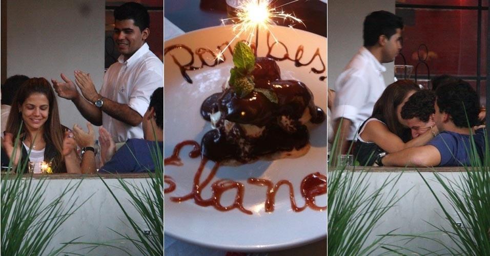 Nívea Stelmann comemora o aniversário de Elano, em restaurante no Rio de Janeiro