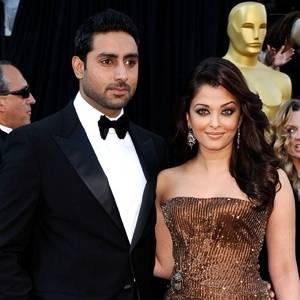 A atriz de Bollywood Aishwarya Rai Bachchan e seu marido, Abhishek Bachchan, na chegada da cerimônia do Oscar 2011, em Los Angeles (27/2/11)