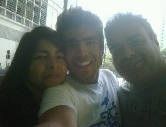 Caio Castro ao lado da mãe e do pai, em um restaurante em São Paulo (21/6/11)