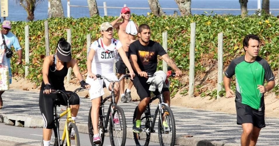 Luana Piovani anda de bicicleta na orla de Ipanema com o namorado, Pedro Scooby (23/6/11)