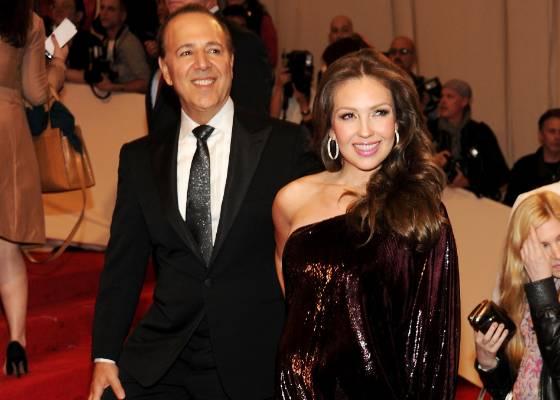 A cantora Thalia e o marido Tommy Mottola participa de noite de gala da exposição de Alexander McQuenn no Metropolitan Museum of Art em Nova York (2/5/2011)