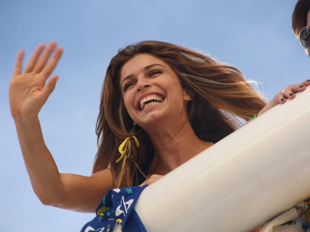 Grazi Massafera sorri e acena para os fãs no trio elétrico do Chiclete com Banana no Carnaval de Salvador (5/3/2011)