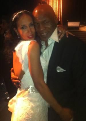 Mike Tyson e sua mulher, Lakiha Spicer, no dia que renovaram os votos do casamento (26/6/11)