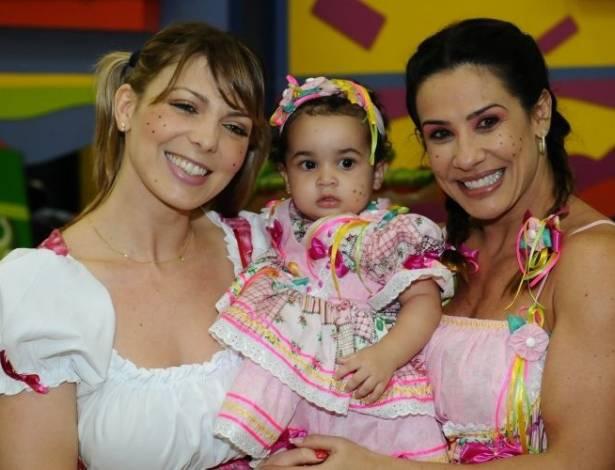 Sheila Mello vai à festa de aniversário da filha de Scheila Carvalho, em São Paulo (27/6/11)