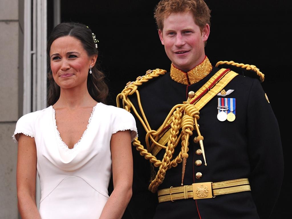 Pippa e o príncipe Harry aparecem na sacada do palácio de Buckingham, após o casamento de Kate e William (29/4/11)