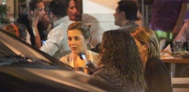 Adriana Esteves janta com amigos em restaurante no Leblon (2/7/11)