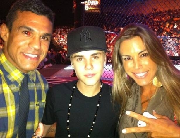 Vitor Belfort e Joana Prado tiram foto com o cantor Justin Bieber (ao centro), em Las Vegas (3/7/11)