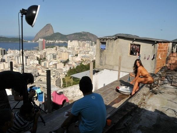 Panicat Nicole Bahls posa para ensaio sensual em favela carioca (4/7/11)