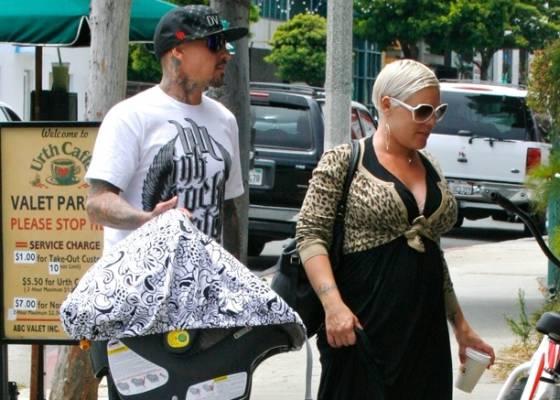 A cantora Pink e seu marido Carey Hart levam a filha Willow para passear em Santa Monica, em junho